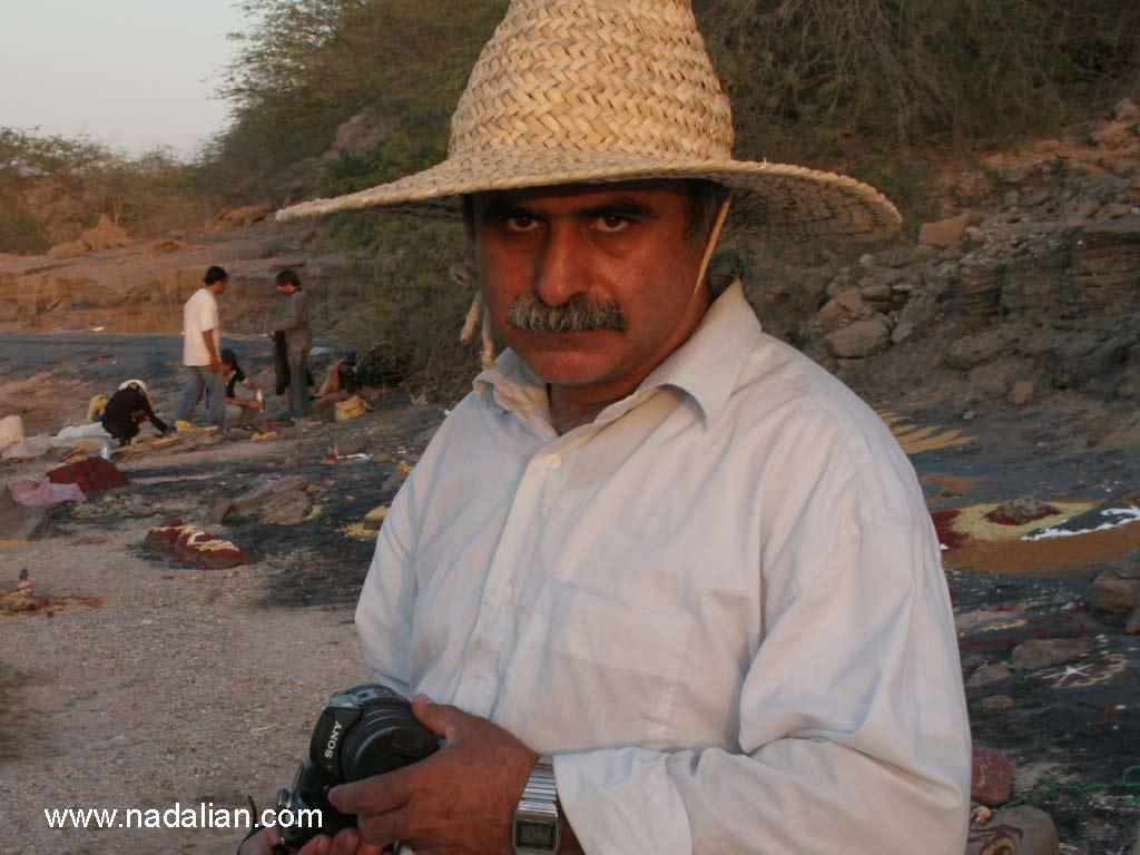 احمد نادعلیان در محل اجرای اثر هنر محیطی با خاک رنگی - جزیره هرمز - 13 دیماه 1385 - عکس از انجمن هنرهای تجسمی هرمزگان