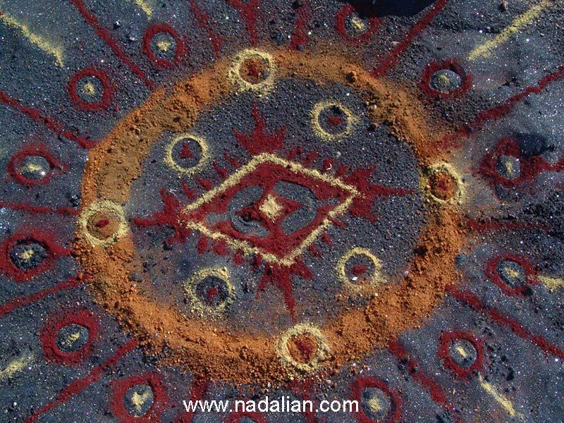 نقشمایه ها و نماد های بومی - اثر هنر محیطی با خاک رنگی - جزیره هرمز - 13 دیماه 1385