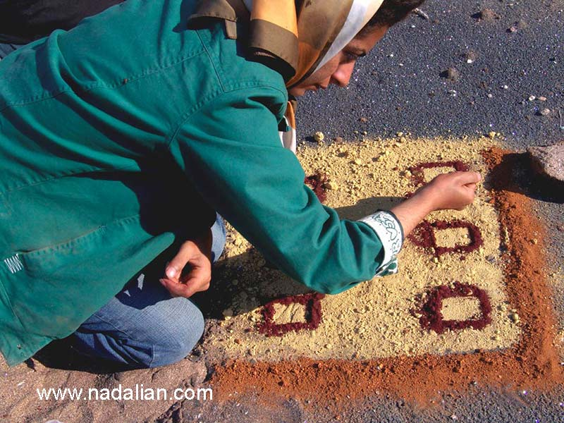 فاطمه بردال در حال اجرای اثر هنر محیطی با خاک رنگی - جزیره هرمز -13 دیماه 1385