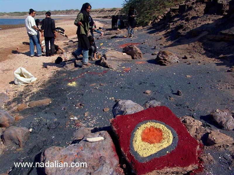 معصومه ذاکری، ...، محمد سایبانی در محل اجرای اثر هنر محیطی با خاک رنگی - جزیره هرمز - 13 دیماه 1385