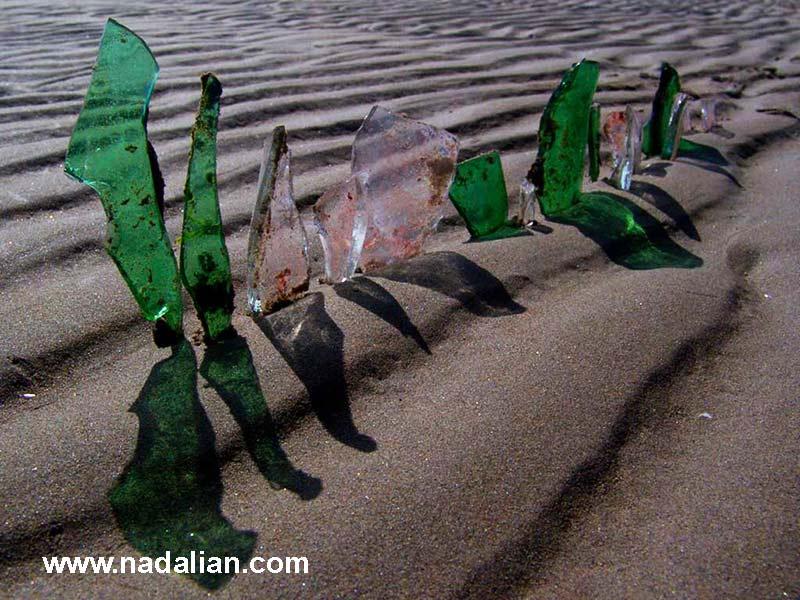 چیدمان با شیشه های خرد شده، بندر عباس دیماه 1385، کارگاه مجسمه شنی و صخره ای