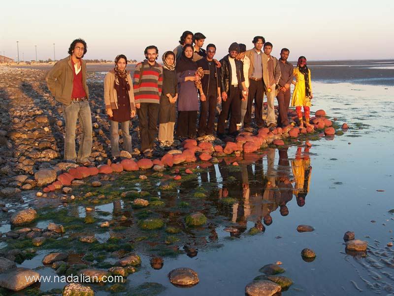 """هنرمندان شرکت کننده در کارگاه در ساحل """"مغ ناخا"""" بندر عباس زمانیکه نقاشی با خاک سرخ بر روی چهره ها و سنگهای کنار ساحل انجام شد"""
