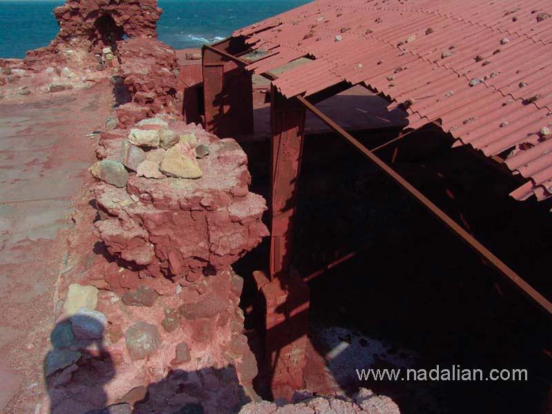 سوله بزرگ انبار کردن خاک سرخ، مجاور قلعه پرتقالی ها در جزیره هرمز، دوازدهم دیماه 1385