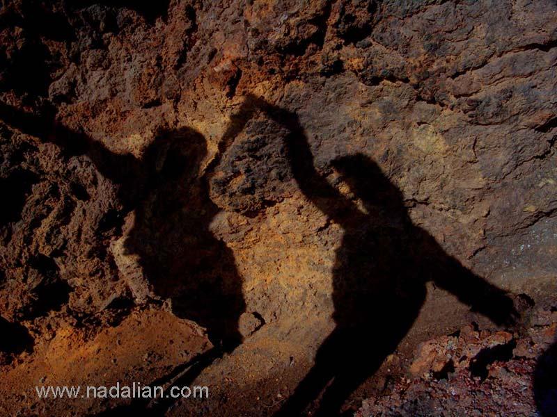 سایه هنرمندان شرکت کننده در کارگاه، دیواره رنگین در نزدیکی ساحل سنگ غراب - 13 دیماه 1385