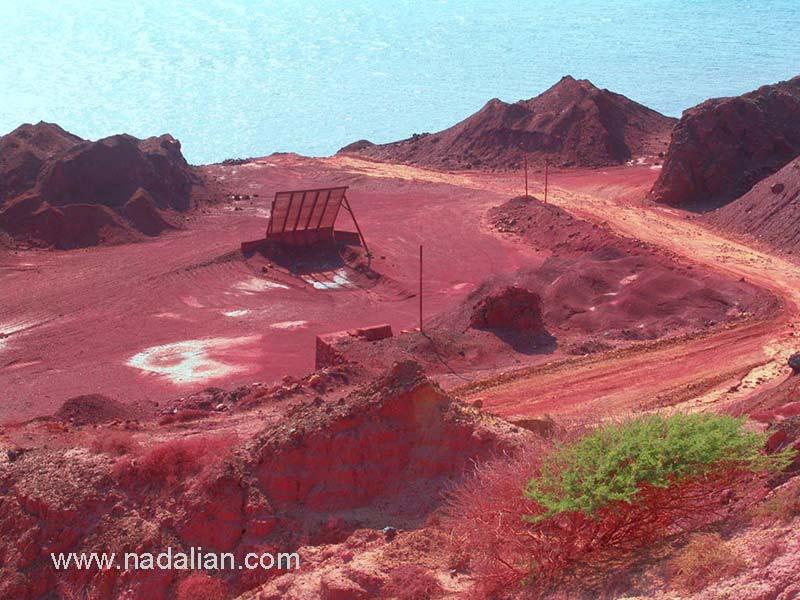 معدن خاک سرخ، در ضلع جنوبی جزیره هرمز، دوازدهم دیماه 1385