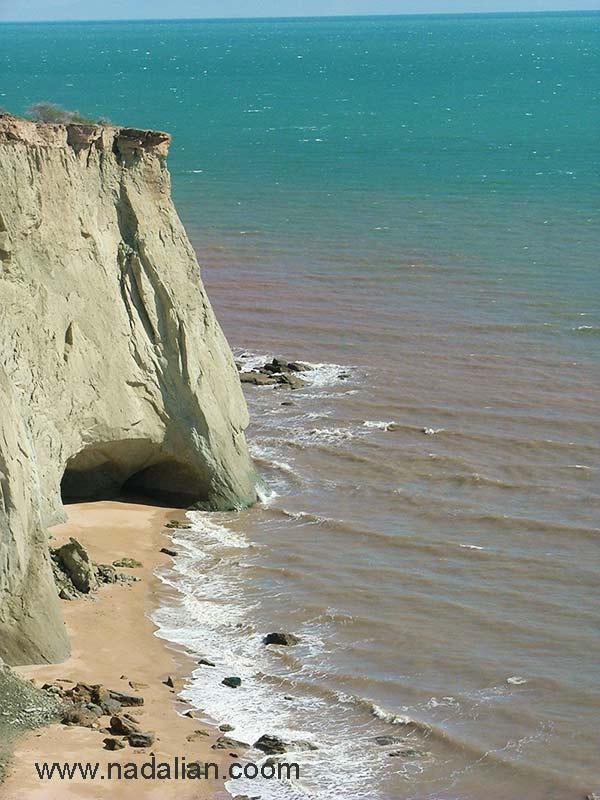 دیوراه های صخره ای نزدیک محیط زیست جزیره هرمز